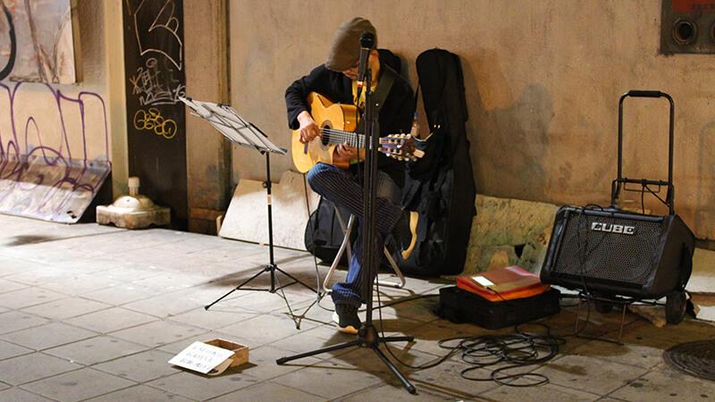 サプライズでストリートミュージシャンとコラボしプロポーズを計画2