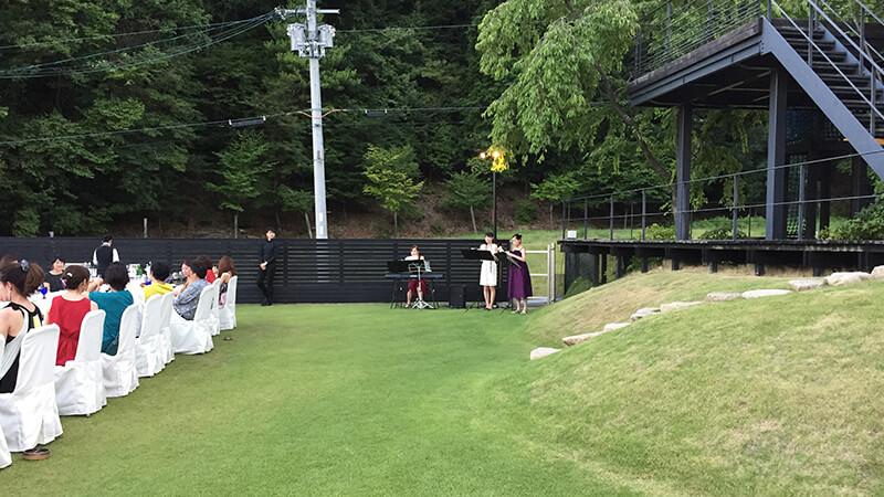 緑あふれる山頂の別荘にてディナーパーティーでの生演奏3